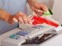 Studiu: Patru din cinci români își plătesc facturile la timp