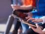 Guvernul anunță că studenții cu burse sociale care învață online vor primi tablete