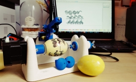 Ouă încondeiate cu ajutorul unor roboți, la un atelier organizat de MNIR