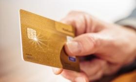 Monetăria Britanică a dezvăluit primul său card bancar, realizat din aur de 18 carate