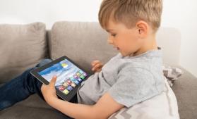 Studiu: 50% dintre părinţi verifică istoricul căutărilor de pe dispozitivele conectate ale copiilor