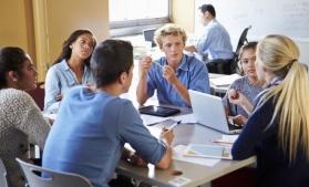 Studiu: Doi din trei români sunt dispuși să o ia de la zero în carieră