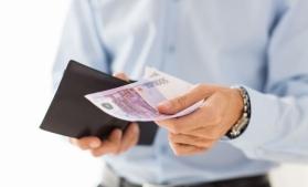 Studiu: 54% dintre români încă plătesc cash atunci când călătoresc