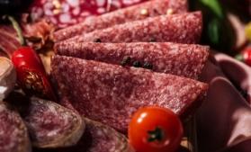 Salamul de Sibiu, preferat de români şi în vremea pandemiei; producţia anuală se menţine la 3.000 de tone