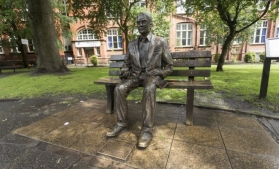 Noua bancnotă de 50 de lire sterline, care îl omagiază pe Alan Turing, a intrat în circulație în Marea Britanie