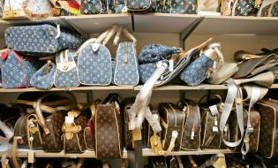 Numărul mărfurilor contrafăcute confiscate de autoritățile UE a continuat să crească în 2015