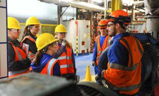 MFE finanţează legătura între învăţământ şi piaţa muncii: 47,8 milioane euro pentru stagii de practică plătite