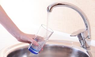 În anul 2016, 65,2% din populația rezidentă a României era conectată la sistemul public de alimentare cu apă