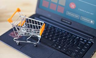 Studiu: În ultimul an, peste jumătate dintre românii cu acces la internet au realizat cumpărături online cel puțin o dată pe lună