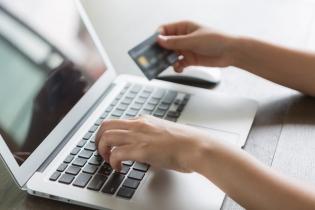 Românii, printre europenii care fac cel mai rar cumpărături online