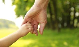 Legea adopţiei va fi modificată: procedura va fi simplificată, iar familiile care adoptă vor fi sprijinite financiar