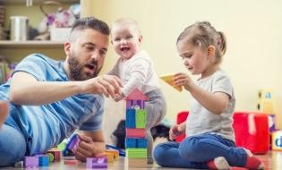 Noi reglementări la nivel european privind concediul de paternitate și concediul netransferabil plătit pentru creșterea copilului