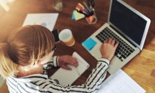 Sondaj Telekom România: Peste o treime dintre salariații români lucrează de acasă; Skype, cea mai utilizată aplicație în scop profesional