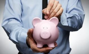 Studiu: Mai puțin de jumătate dintre tinerii români economisesc lunar, iar 61,45% își fac griji cu privire la viitorul lor financiar