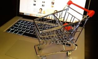 Studiu: Românii cheltuie cel mai mult, în online, pe cumpărarea de sejururi sau pe servicii de turism şi hoteliere