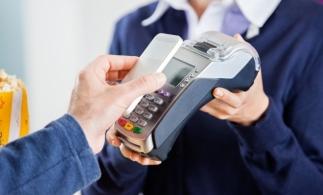 Sondaj: Patru din zece români s-ar simţi confortabil să plătească cu telefonul mobil sau cu ceasul