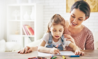 Plata CASS, eliminată în cazul beneficiarilor indemnizației pentru creșterea copilului, ai venitului minim garantat și ai indemnizației pentru concediul de acomodare în urma unei adopții