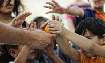 Sondaj: Sărăcia, poluarea mediului şi schimbările climatice alcătuiesc topul celor mai mari trei provocări pentru societate