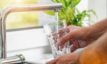 În 2020, 72,4% din populația rezidentă a României era conectată la sistemul public de alimentare cu apă