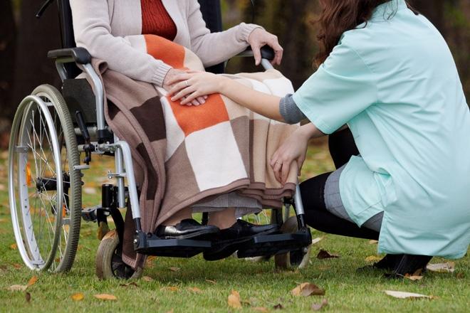 A fost reglementat statutul asistenților personali profesioniști, care vor putea îngriji la domiciliul lor persoane cu handicap