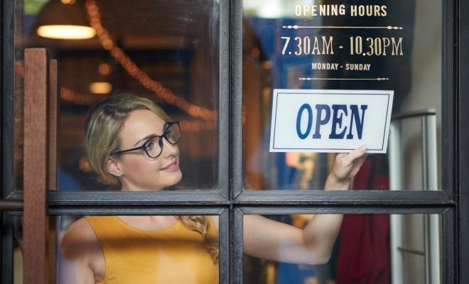 Peste jumătate dintre tinerii cu vârste între 18 și 25 de ani iau în calcul deschiderea propriei afaceri