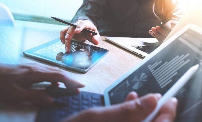 Studiu: Două treimi dintre companii mizează pe eficientizarea portofoliului de produse/servicii şi a canalelor de vânzare pentru a creşte în 2021