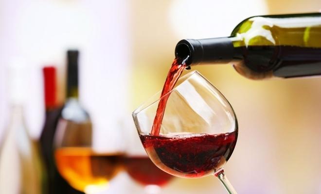 Patru din zece români consumă vin cel puțin o dată pe săptămână