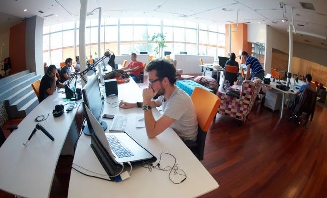 Sondaj: Peste o treime dintre angajaţii români lucrează în prezent exclusiv de la birou