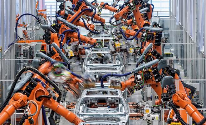 În aprilie, producţia industrială a scăzut faţă de luna precedentă, ca serie brută, cu 36,2%