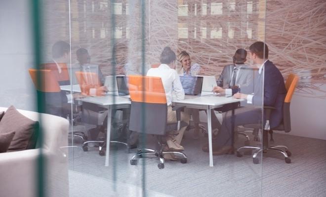 Studiu: Peste 50% dintre companiile din România aleg varianta revenirii parţiale la birouri