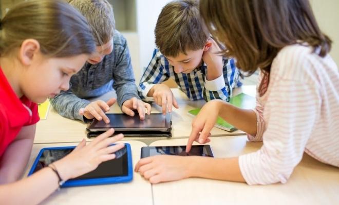 Guvernul a aprobat decontarea a 500.000 de tablete pentru elevi cumpărate de autoritățile locale