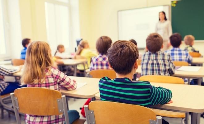 MEC: Toți elevii din învățământul preuniversitar acreditat/autorizat beneficiază de gratuitate la transportul de persoane în vederea frecventării cursurilor