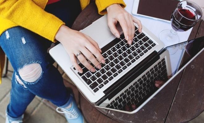 La nivel global, nouă din zece angajaţi vor să aibă posibilitatea de a alege să lucreze de acasă