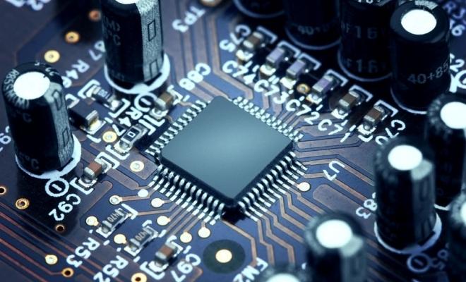 Deficitul global de cipuri ameninţă producţia de laptopuri şi smartphone-uri