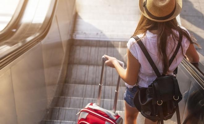 Studiu: Oamenii vor fi precauţi cu banii anul acesta, dar nu vor renunţa la călătorii