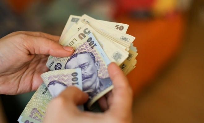 Salariul de bază minim brut, majorat la 2.300 lei în anul 2021