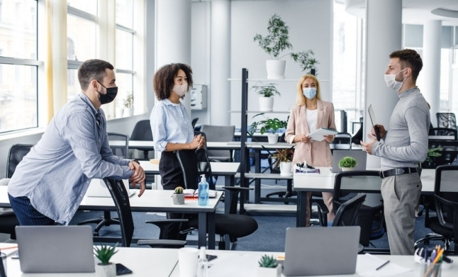 Sondaj: Peste o treime dintre angajați consideră că își vor relua activitatea la birou în 2021
