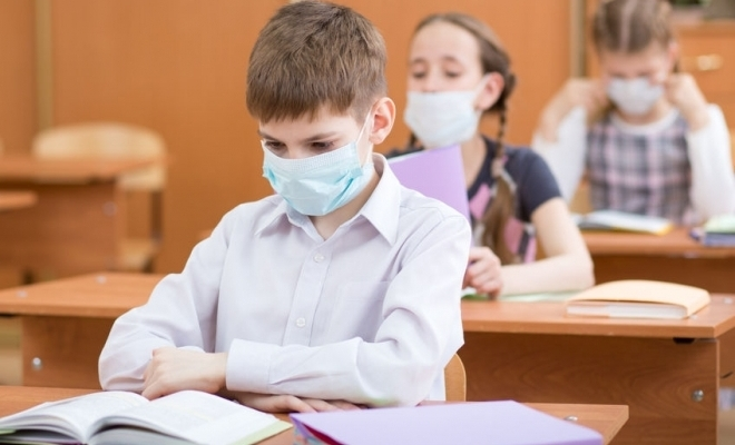 Proiect de ordin al Ministerului Educației și Ministerului Sănătății: distanță de 1 metru între elevi, schimbul de obiecte interzis, mască obligatorie