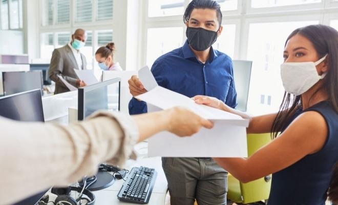 Aproape un sfert dintre angajatorii controlaţi de Inspecţia Muncii săptămâna trecută au fost sancţionaţi pentru încălcarea legilor anti-pandemie
