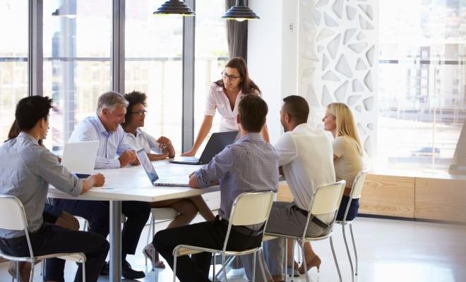 Eurostat: Femeile din UE rămân subreprezentate în funcţiile de conducere