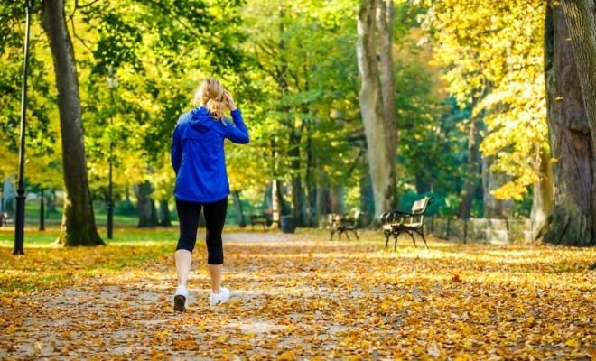Mersul pe jos și evitarea risipei de mâncare sunt acțiunile sustenabile preferate de Generația Z