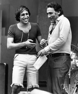 Adriano Celentano împreună cu actorul italian Alberto Lupo (Alberto Zoboli), în timpul festivalului muzical Cantagiro (1972)