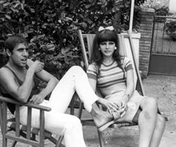 Adriano Celentano împreună cu soția sa, cântareața și actrița Claudia Mori, în Versilia (august 1967)